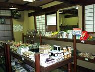 売店は檜原村の物産が並ぶ